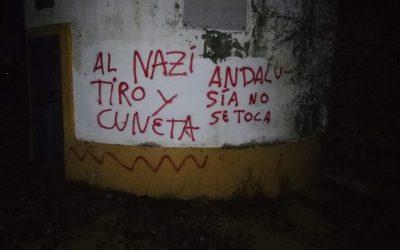 Pintadas amenazantes en la portada de la finca de Morante de la Puebla